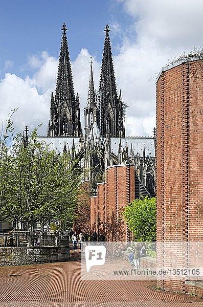 Blick über den Heinrich-Böll-Platz zum Kölner Dom  Köln  Nordrhein-Westfalen  Deutschland  Europa