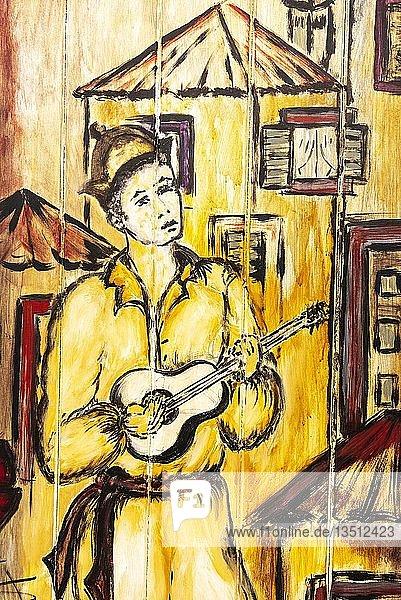 Musiker mit portugiesischer Gitarre  kunstvoll bemalte Haustür  Malerei  Straßenkunst  Funchal  Madeira  Portugal  Europa