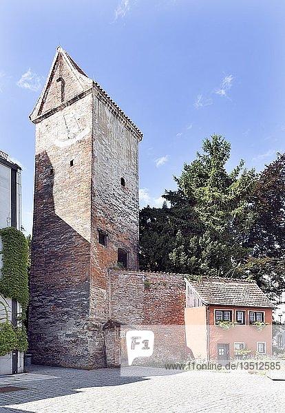 Hexenturm mit Stadtmauer und Wohnhaus  Teil der mittelalterlichen Stadtbefestigung  ehemaliger Gefängnisturm  Memmingen  Schwaben  Bayern  Deutschland  Europa