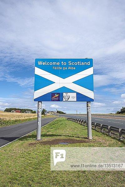 Schottisches Grenzschild an der englisch-schottischen Grenze  bei Lamberton  Schottland  Großbritannien  Europa