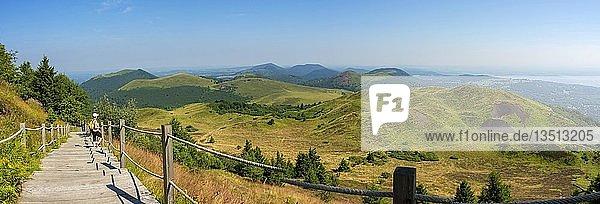 Wanderin  vulkanischer regionaler Auvergne-Naturpark  Puy de Dome  Auvergne-Rhône-Alpes  Frankreich  Europa