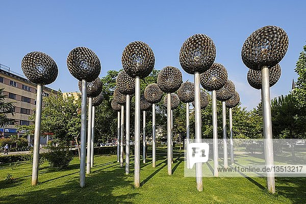 Blumen-Skulpturen aus Munition und Waffen im Stadtpark  Shkodra  Shkodër  Qark Shkodra  Albanien  Europa