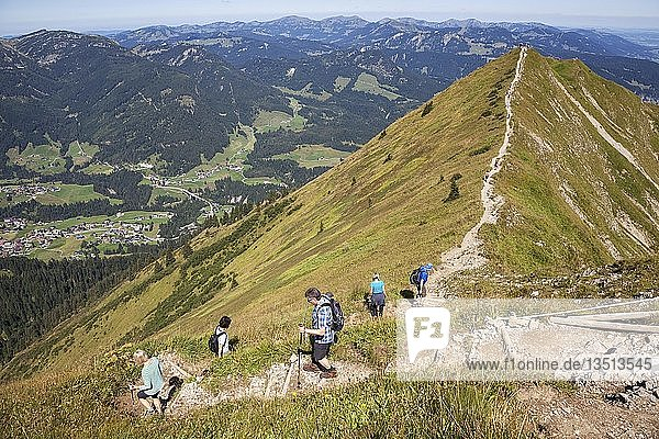 Gratwanderweg zwischen Gipfel Fellhorn und Söllerkopf  hinten Allgäuer Alpen  links unten Riezlern im Kleinwalsertal  Oberstdorf  Oberallgäu  Allgäu  Bayern  Deutschland  Europa
