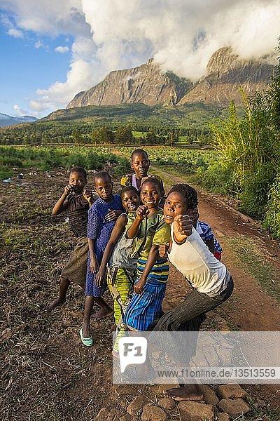 Kinder haben Spaß beim Posieren vor dem Mount Mulanje  Malawi  Afrika