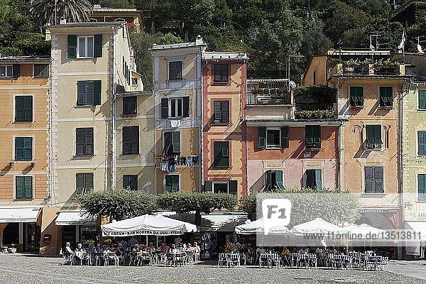 Terrassen-Café und bunten Häuser  Portofino  Golfo Paradiso  Provinz Genua  Riviera di Levante  Ligurien  Italien  Europa