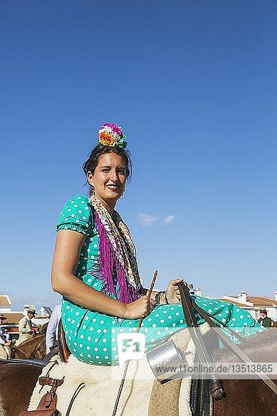 Reiterin in buntem Kleid  Pfingsten  Wallfahrt von EL Rocio  Huelva-Provinz  Andalusien  Spanien  Europa