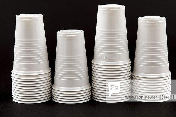 Einwegbecher  Plastikbecher  in Weiss  0  2 Liter  Trinkbecher  Einwegbecher  Plastikmüll