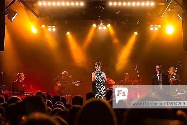 Die französische Sängerin Isabelle Geffroy alias ZAZ live in der Schüür Luzern  Schweiz  Europa