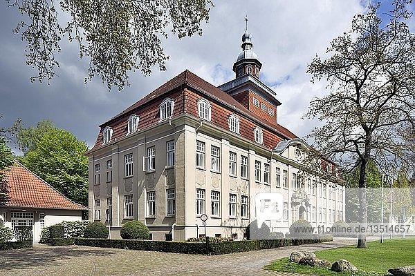 Cloppenburger Amtshaus  ehemals Amtsverwaltung  Katasteramt  Bauamt und Finanzamt  heute Hauptgebäude des Cloppenburger Amtsgerichts  Cloppenburg  Niedersachsen  Deutschland  Europa