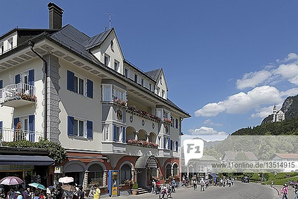 Hotel im Ort Hohenschwangau  hinten Schloss Neuschwanstein  Allgäu  Bayern  Deutschland  Europa