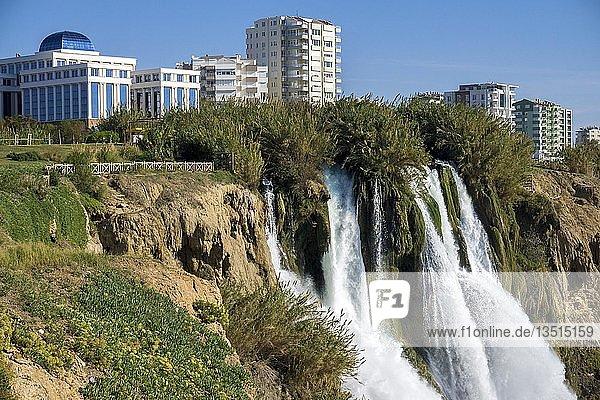 Düden-Wasserfall  auch unterer Düden Wasserfall  Lara Wasserfall oder Larafall genannt  Ortsteil Lara  Antalya  türkische Riviera  Türkei  Asien
