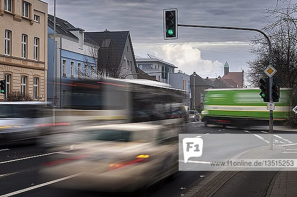 Taxi und Bus im fließenden Verkehr an einer Kreuzung  Grevenbroich  Nordrhein-Westfalen  Deutschland  Europa