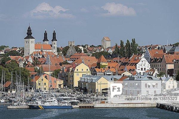 Altstadt mit Dom und Hafen  Visby  Insel Gotland  Schweden  Europa
