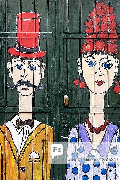 Frau und Mann,  kunstvoll bemalte Haustür,  Malerei,  Straßenkunst,  Funchal,  Madeira,  Portugal,  Europa