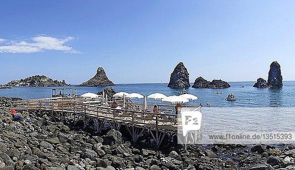 Lido bei den Zyklopeninseln  Isole dei Ciclopi  beim Fischerdorf Aci Trezza  Gemeinde Aci Castello  Catania  Sizilien  Italien  Europa