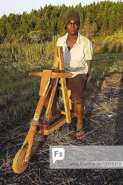 Einheimischer Junge auf seinem selbstgebauten Fahrrad  Malawi  Afrika