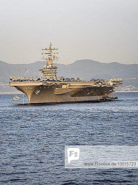 CVN 69 USS Dwight D. Eisenhower  Flugzeugträger der Nimitz-Klasse im Hafen  Neapel  Golf von Neapel  Kampanien  Italien  Europa