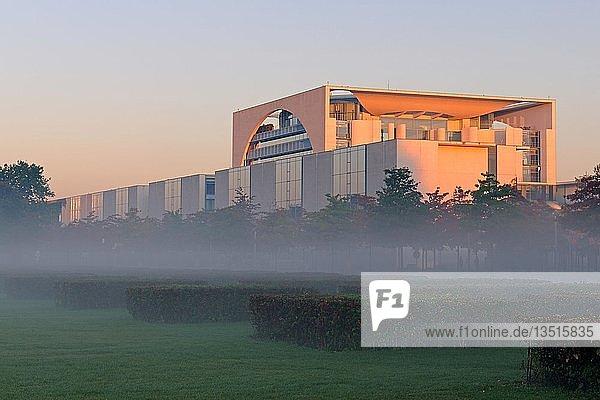Kanzleramt bei Sonnenaufgang und Bodennebel  Berlin  Deutschland  Europa  ÖffentlicherGrund  Europa