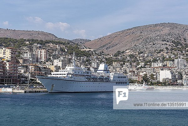 Kreuzfahrtschiff  Stadtansicht  Saranda  Ionisches Meer  Albanien  Europa