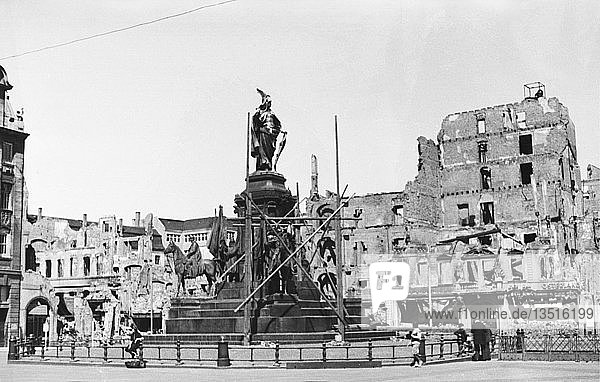 Siegesdenkmal (abgerissen 1946) vor der zerstörten Nordseite des Marktes  1945  Leipzig  Sachsen  DDR  Deutschland  Europa