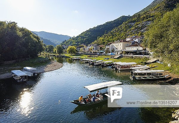 Ausflugsboote auf Fluss Crnojevic  Rijeka Crnojevica  Nationalpark Skutarisee  bei Cetinje  Montenegro  Europa