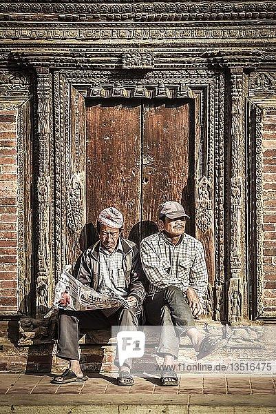 Zwei Männer  Patan  Kathmandu Tal  Nepal  Asien