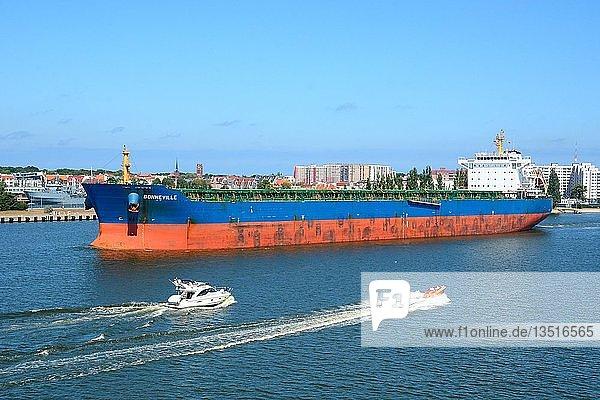 Frachter und Boote auf dem Fluss Swina in Swinemünde  Westpommern  Polen  Europa