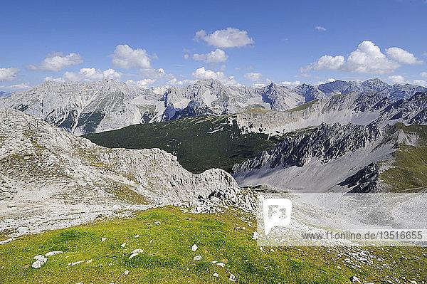 Blick von der Hafelekarspitze  2334 m  in das Karwendelgebirge  Tirol  Republik Österreich  Europa