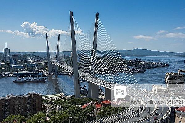 Ausblick über Wladiwostok und die neue Zolotoy-Brücke  Russland  Europa