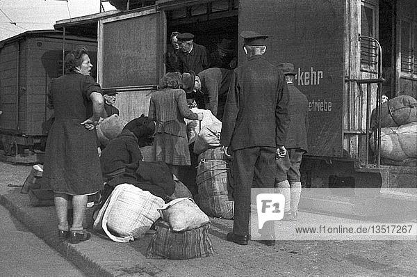 Flüchtlinge verladen ihr Hab und Gut in den Güterwagen der Straßenbahn  1947 Leipzig  Sachsen  DDR  Deutschland  Europa