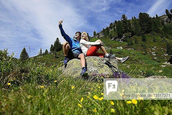 Wanderer auf dem Weg zum Schafsiedel  Kelchsau  Kitzbüheler Alpen  Tirol  Österreich  Europa