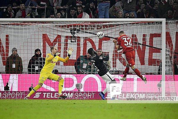 Kopfball Joshua Kimmich FC Bayern Münchengegen Torwart Peter Gulacsi RasenBallsport Leipzig RBL  Allianz Arena  München  Bayern  Deutschland  Europa