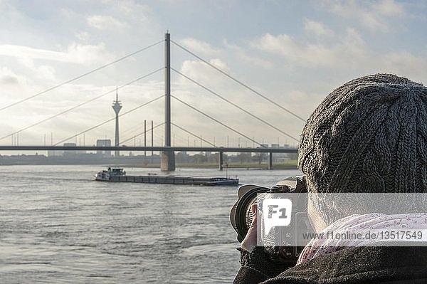Junge Frau fotografiert am Rhein  Düsseldorf  Rheinland  Nordrhein-Westfalen  Deutschland  Europa