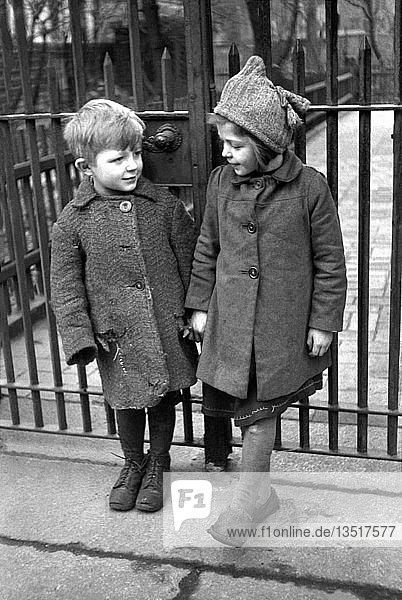 Junge und Mädchen in ärmlicher Kleidung  1948  Leipzig  Sachsen  DDR  Deutschland  Europa