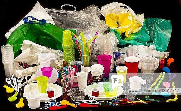 Einweggeschirr  Plastikbesteck  Plastikgeschirr  Kunststoff  Plastikbecher  Plastiktüten und anderer Plastikmüll  verschiedene Farben  Größen und Arten