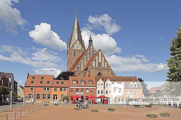 Kirche Sankt Marien und Marktplatz  Barth  Mecklenburg-Vorpommern  Deutschland  Europa