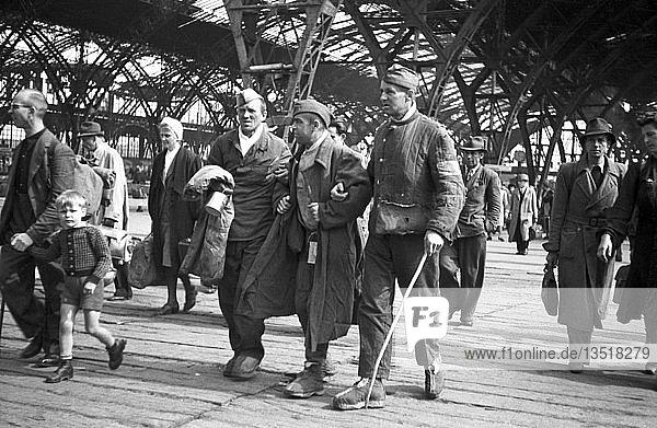 Drei verletzte Kriegsheimkehrer  1946  Hauptbahnhof  Leipzig  Sachsen  DDR  Deutschland  Europa