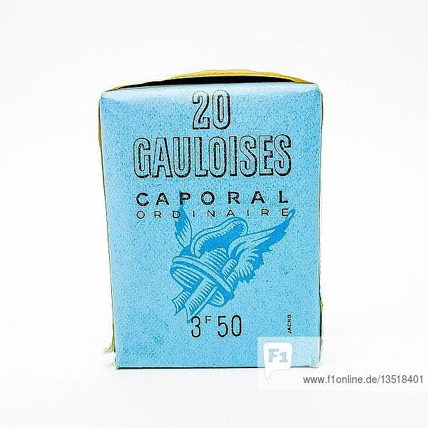 Alte Packung Gauloises  typisch französische Zigaretten  weißer Hintergrund  Freisteller  Frankreich  Europa