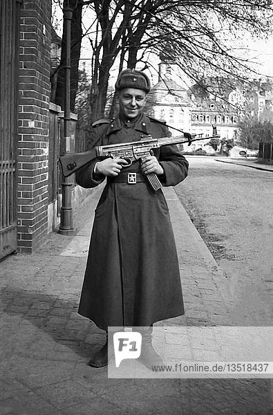 Rotarmist vor der Kommandantur in Gohlis  1946  Turmgutstraße Leipzig  Sachsen  DDR  Deutschland  Europa
