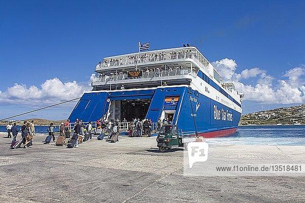 Reisende an der Blue Star Fähre am Fährhafen von Paros-Stadt  Paros  Kykladen  Ägäis  Griechenland  Europa