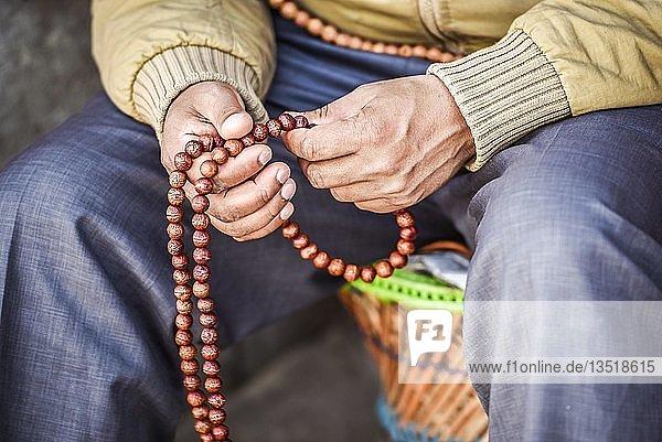 Hände mit buddhistischer Gebetskette  Mala  Boudha  Kathmandu  Nepal  Asien