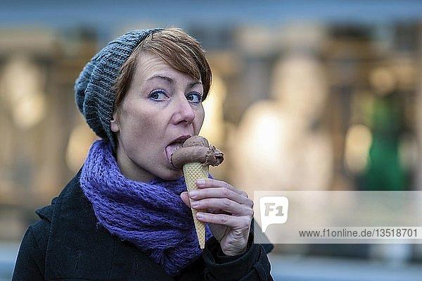 Eine junge Frau mit einer Eiswaffel mit Schokoeis  Grevenbroich  Nordrhein-Westfalen  Deutschland  Europa