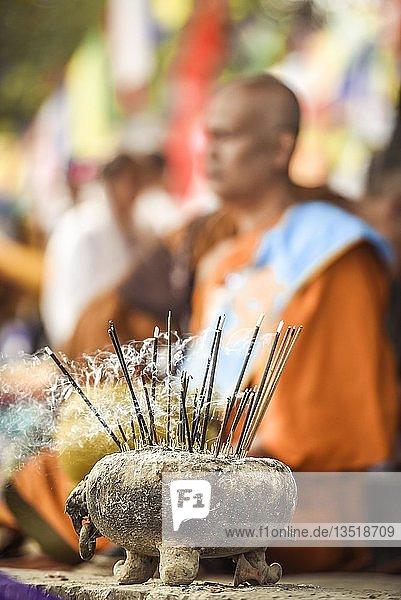 Räucherschale beim Bodhi Baum am Mayadevi-Tempel  Geburtsort von Buddha  Lumbini  Nepal  Asien Räucherschale beim Bodhi Baum am Mayadevi-Tempel, Geburtsort von Buddha, Lumbini, Nepal, Asien