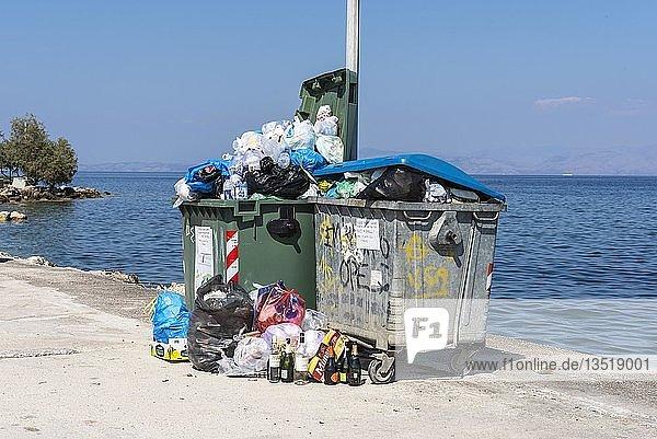 Müllsäcke  Müllberge  überfüllte Müllkontainer  Insel Korfu  Ionische Inseln  Griechenland  Europa