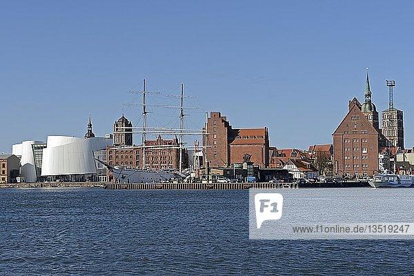Blick von der Mole auf alte Speichergebäude und Ozeaneum im alten Hafen der Hansestadt Stralsund  Unesco Weltkulturerbe  Mecklenburg-Vorpommern  Deutschland  Europa  ÖffentlicherGrund  Europa