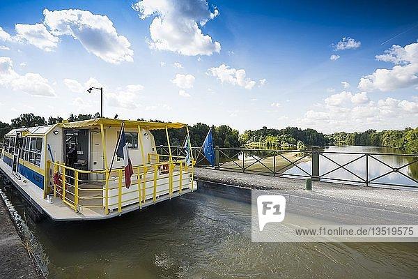 Kanalbrücke über den Allier  Pont canal de Guétin  Loire-Kanal  bei Nevers  Loire-Tal  Nievre  Centre  Frankreich  Europa