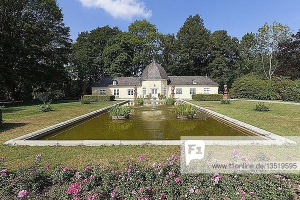 Orangerie  Standesamt  Schlossgarten  Statuen  Teich  Schloss  Bad Berleburg  Luftkurort  Kreis Siegen-Wittgenstein  Nordrhein-Westfalen  Deutschland  Europa