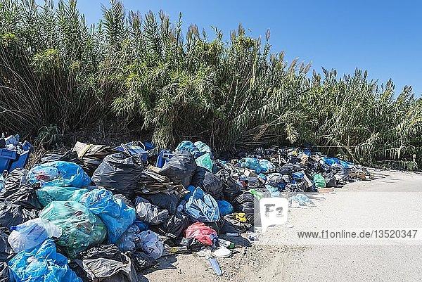 Müllsäcke  Müllberge  Insel Korfu  Ionische Inseln  Griechenland  Europa