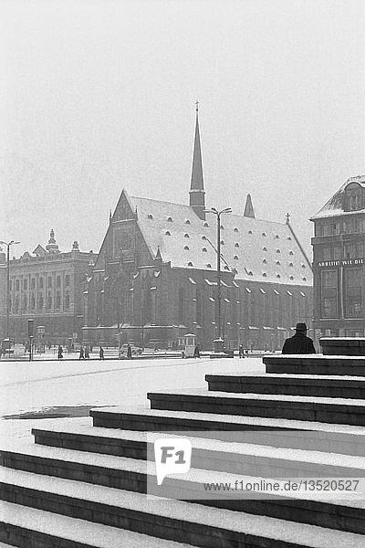 Universitätskirche  abgerissen 1968  Winter  1960  Karl-Marx-Platz heute Augustusplatz  Leipzig  Sachsen  DDR  Deutschland  Europa