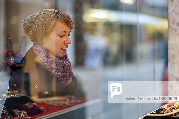 Junge Frau steht vor dem Schaufenster eines Schmuckgeschäfts  Grevenbroich  Nordrhein-Westfalen  Deutschland  Europa
